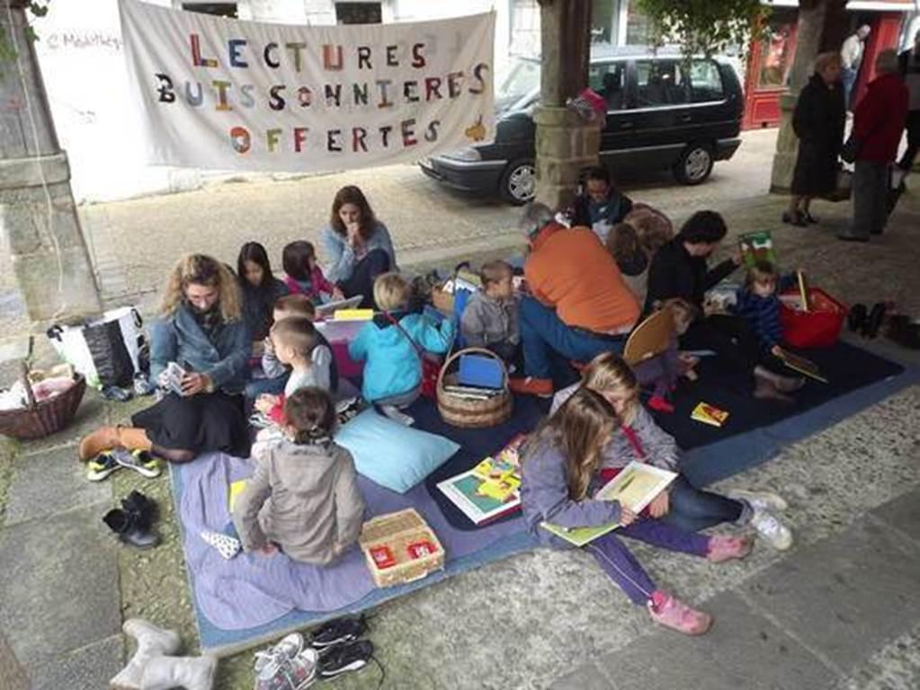 Lectures buissonnières sous les halles - Questembert (Crédit photo : Tribu en Filigrane )