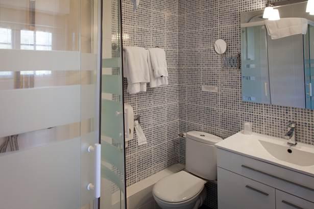 Salle de bain chambre supérieure Hotel de Kerlon*** Plouhinec Morbihan ©