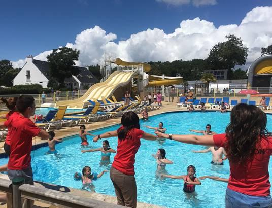 Mélange aquagym et danse du camping à la piscine ©