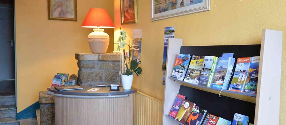 Hotel des Iles Réception © hotel-la-fontaine-theix