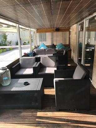 terrasse-camping-kermarquer-la-trinite-sur-mer-morbihan-bretagne ©
