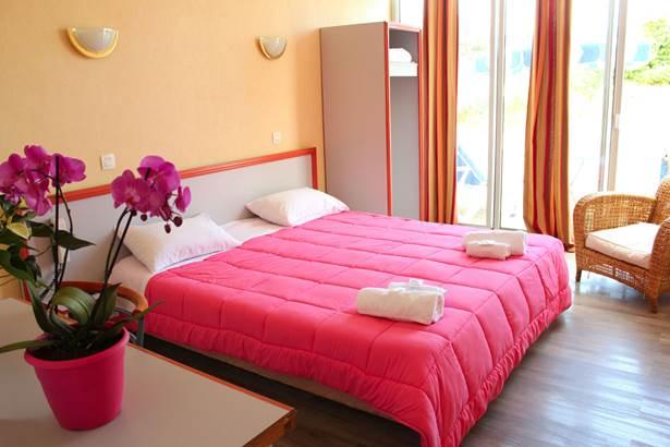 Chambre-Accès-Personne-Mobilité-Réduite-Hôtel-Oasis-Bretonne-Arzon-Presqu'île-de-Rhuys-Golfe-du-Morbihan-Bretagne sud © Vert Mer