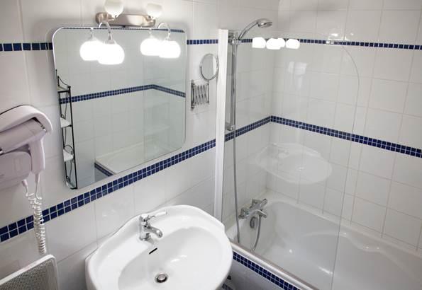 Salle de bain chambre classique Hôtel de Kerlon*** Plouhinec Morbihan ©