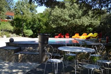 La piscine et son environnement, où vous trouverez au choix, le plaisir du farniente au soleil ou à l'ombre des chênes ...