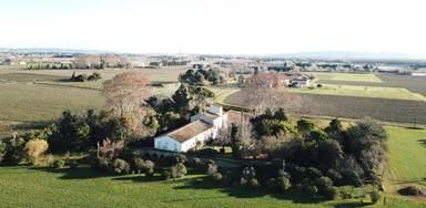 Cadre verdoyant et tranquille, mas provençal authentique du XVIIIème siècle, le Domaine du Petit Mylord