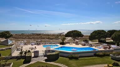 piscine, plage vue depuis les appartements