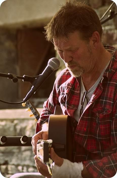 Paul Cowley en concert au petit café dans la prairie