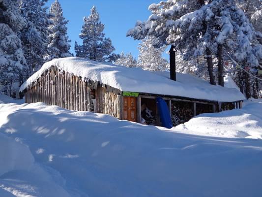 Cabane sous la neige à Beille