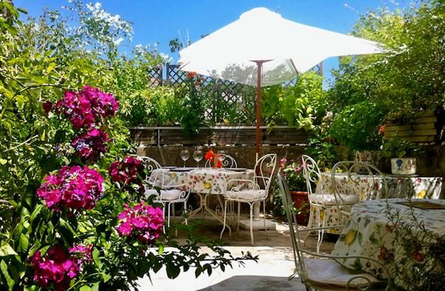 La terrasse fleurie pour dîners et petits-déjeuners