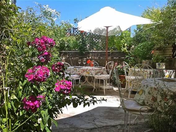 petits-déjeuners et déjeuners sur la terrasse fleurie aux Asphodèles
