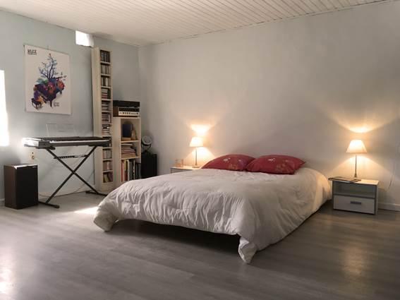 Chambre aux couleurs artistiques : piano, livres d'art