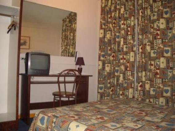 Hôtel du Commerce Pt St ESPRIT Chambre 2