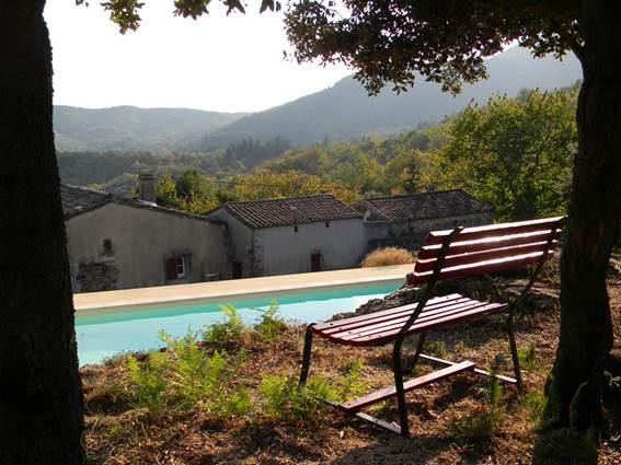 Vue sur la piscine et le Mont Brion