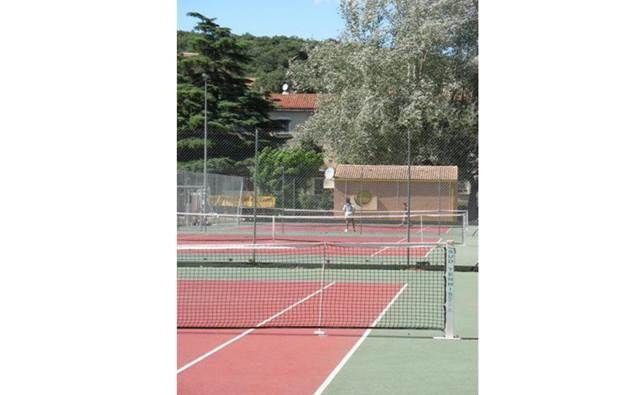 aire-naturelle-camping-clos-abbaye-cendras-tennis-cevennes
