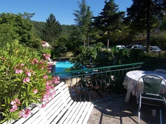 Auberge l'Eglantine Terrasse vue sur la piscine