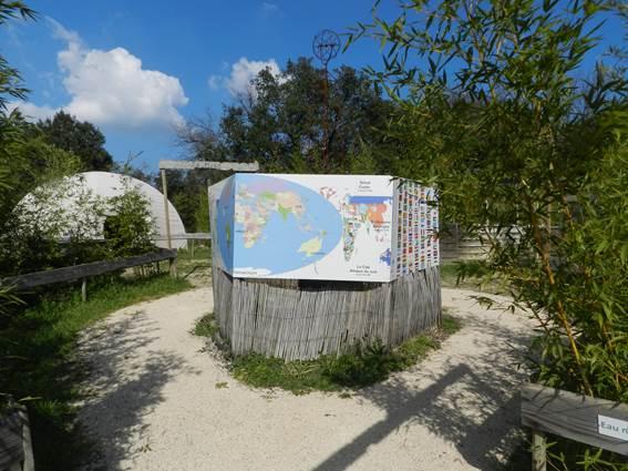 Planisfère et espace détente - Village des enfants