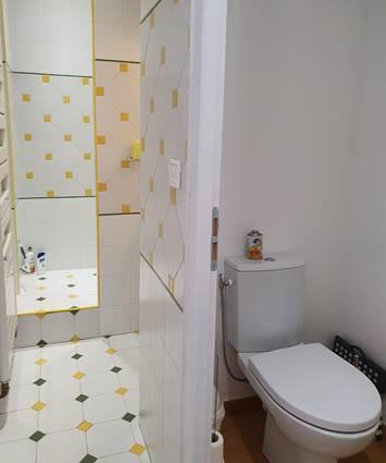 toilettes privées chambre jaune