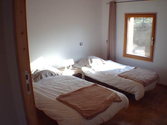Chambre 2 RDC ( soit lit XXL soit deux lits 90 ) + lit pour Bébé en bois