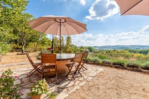 La terrasse des hôtes avec vue sur les Cévennes