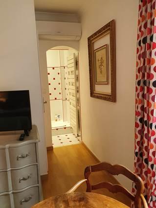 petit couloir chambre rouge donnant sur salle d'eau et toilettes