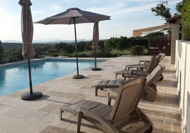 Un espace relaxant sur la plage de la piscine face aux Cévennes