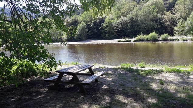 Parfum d'aventure - coin pique nique en bord de rivière