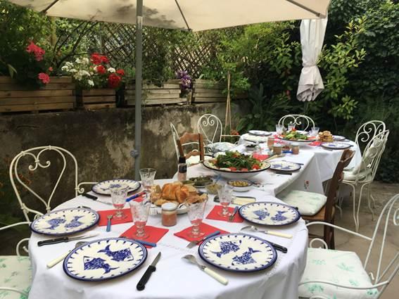 table d'hôte sur la terrasse en été