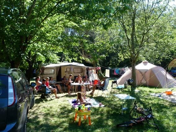 Un emplacement au Camping LES PLANS