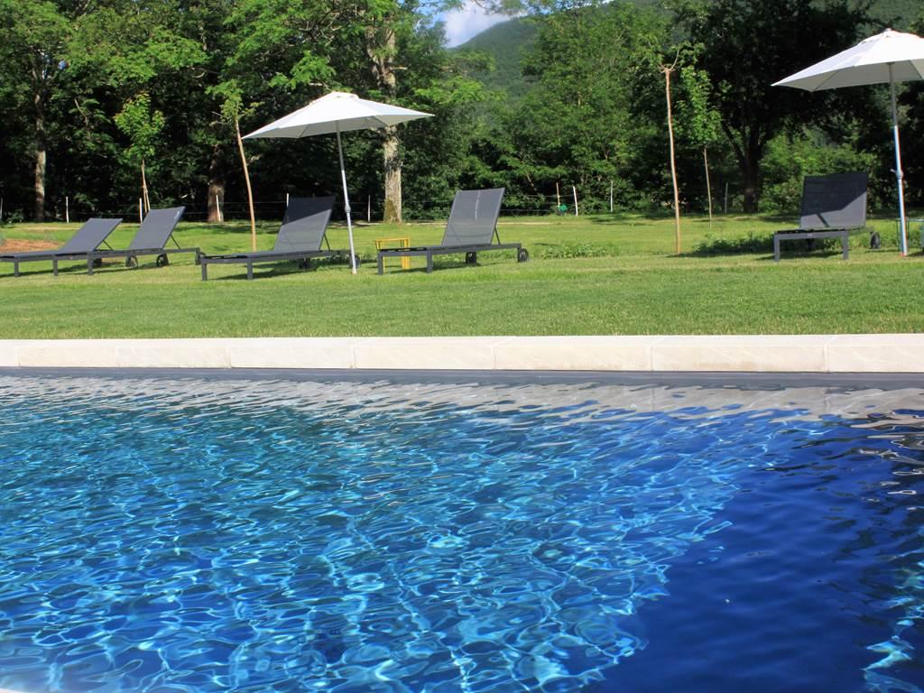Vue piscine, Domaine Le Broual, gîtes et chambres d'hôtes de charme près de Figeac, dans le Lot, région Midi-Pyrénées