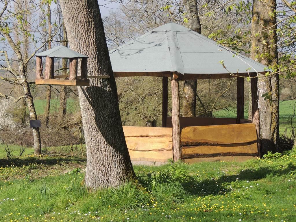 Un kiosque en bois pour accueillir vos repas ou moments de détente.