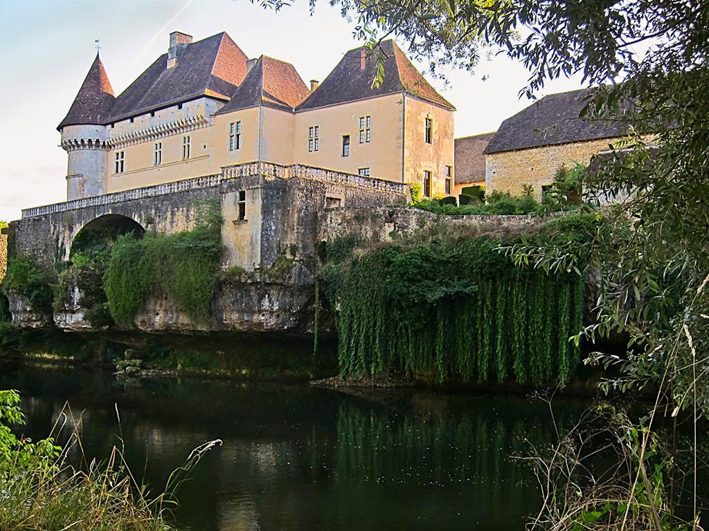 Château de Losse surplombant la Vénère