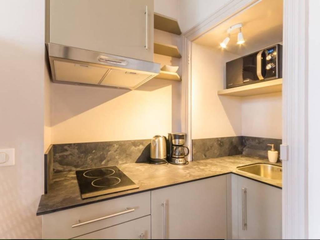 Nous vous mettons une petite cuisine équipée si vous désirez manger sur place.