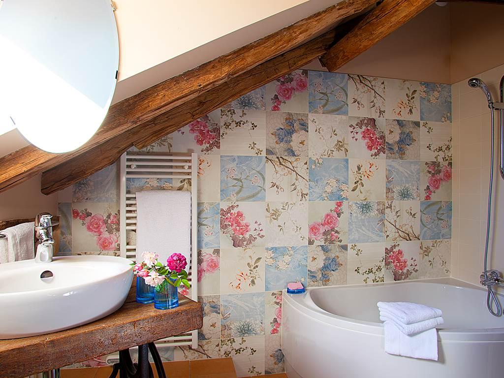 Salle de bain romantique sous la charpente du 18ème siècle