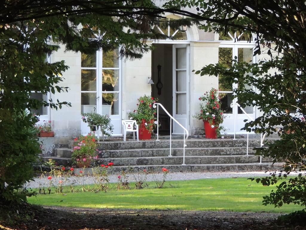 Le Plessis Grimaud possède un parc aux arbres centenaires, une charmille, un kiosque en bois pour vous accorder un moment de détente ou mangers un bon repas avec une vue imprenable sur le petit lac.