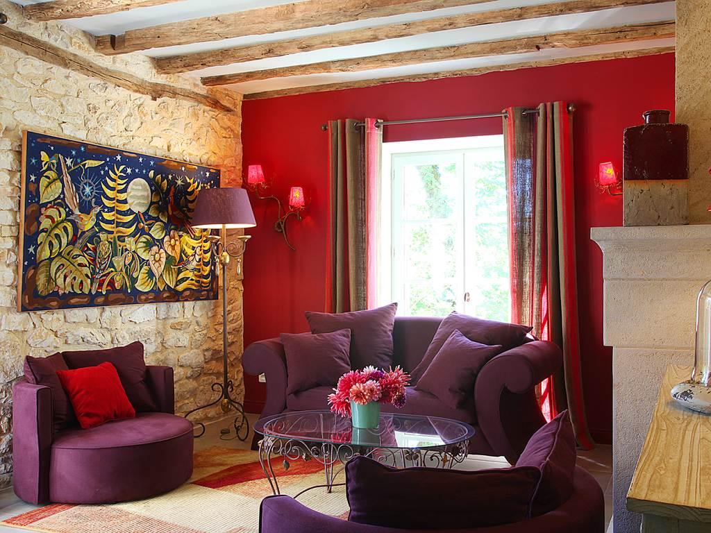Confortable salon avec accès direct à la terrasse et au jardin privés