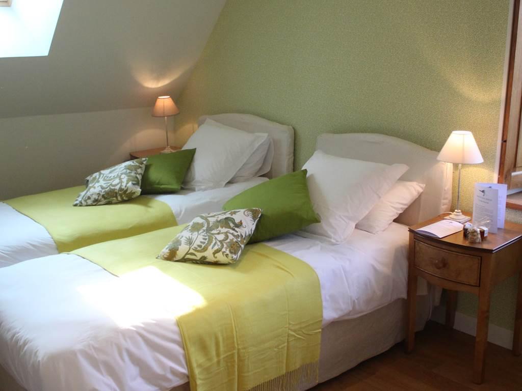 Deux longs lits jumeaux dans cette chambre, particulièrement calme, avec sa vue sur le parc