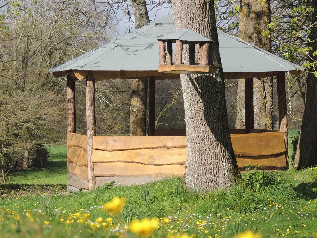 Un très beau kiosque en bois vous accueillera pour vos repas ou des moments de détente. Profitez du calme à l'ombre d'arbres centenaires pour vous ressourcer.