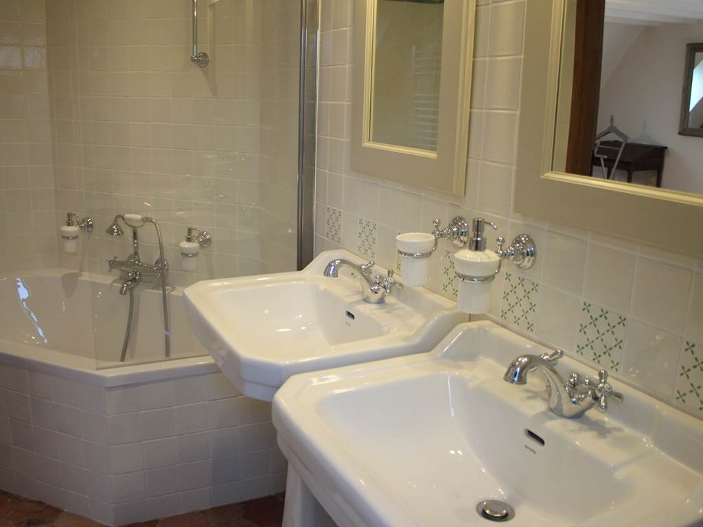 La salle de bains et sa spacieuse baignoire
