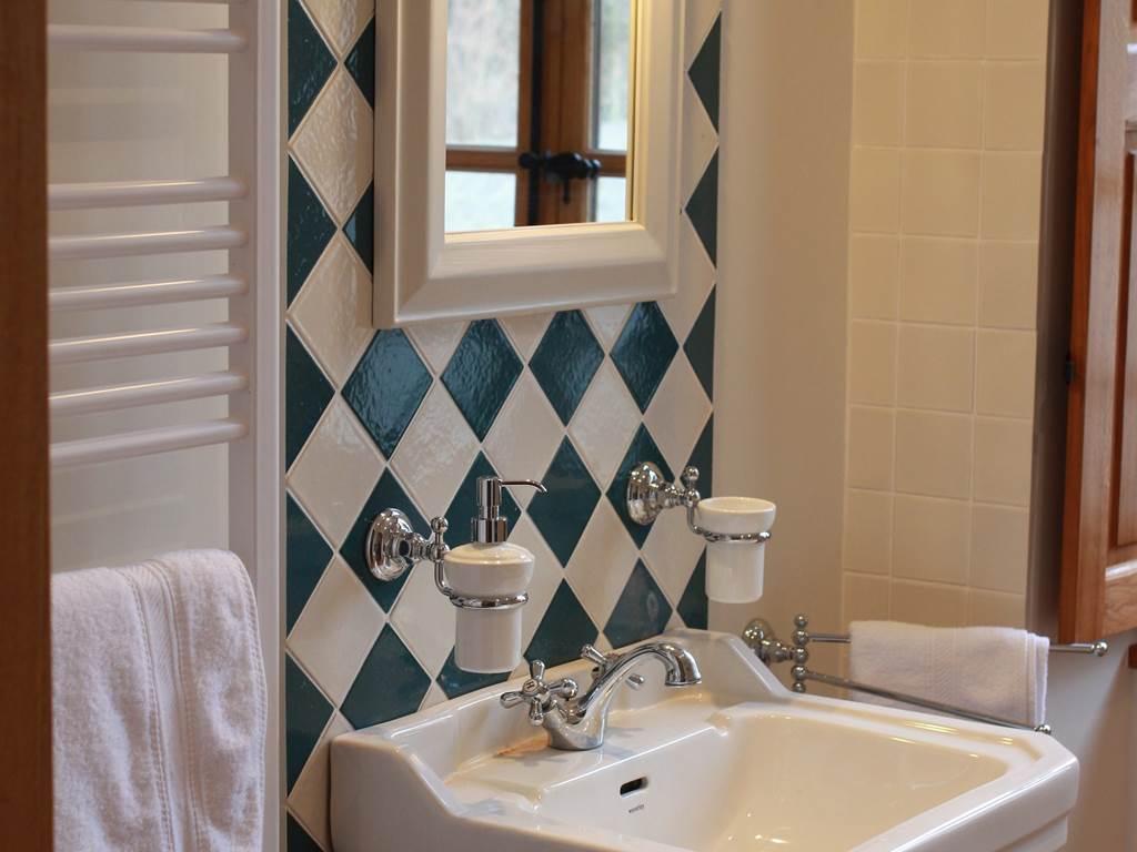 Salle de bains raffinée avec baignoire-douche