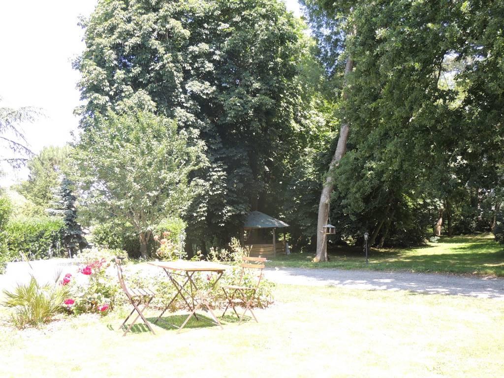 Au coeur d'une nature verdoyante, profitez du calme du parc aux arbres centenaires.