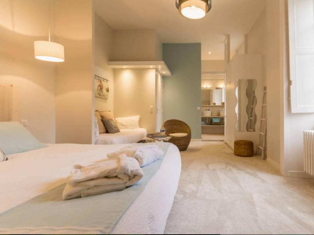 La chambre rétaise accueille 3 personnes avec un lit king size (modulable en 2 lits 90/200) et un lit simple.