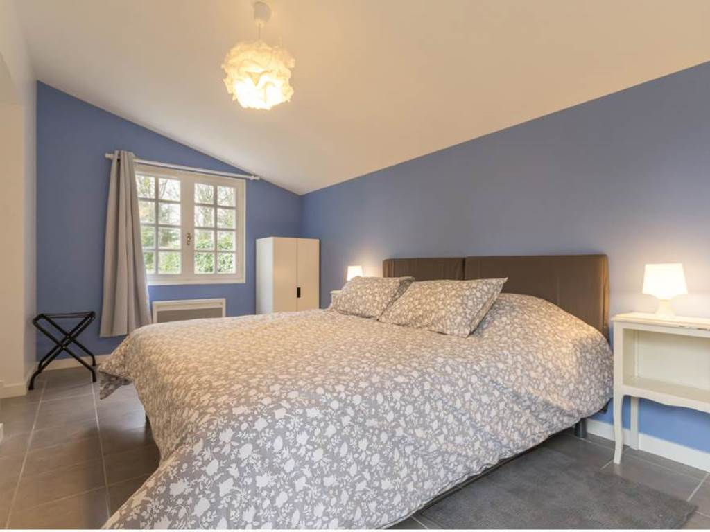 Chambre au rez de chaussée, lit king size (180/200) possible d'avoir 2 lits simples 90/200.