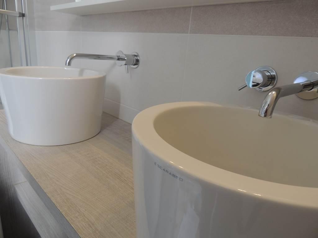 Salle de bain lumineuse avec une grande baignoire et ses doubles vasques.