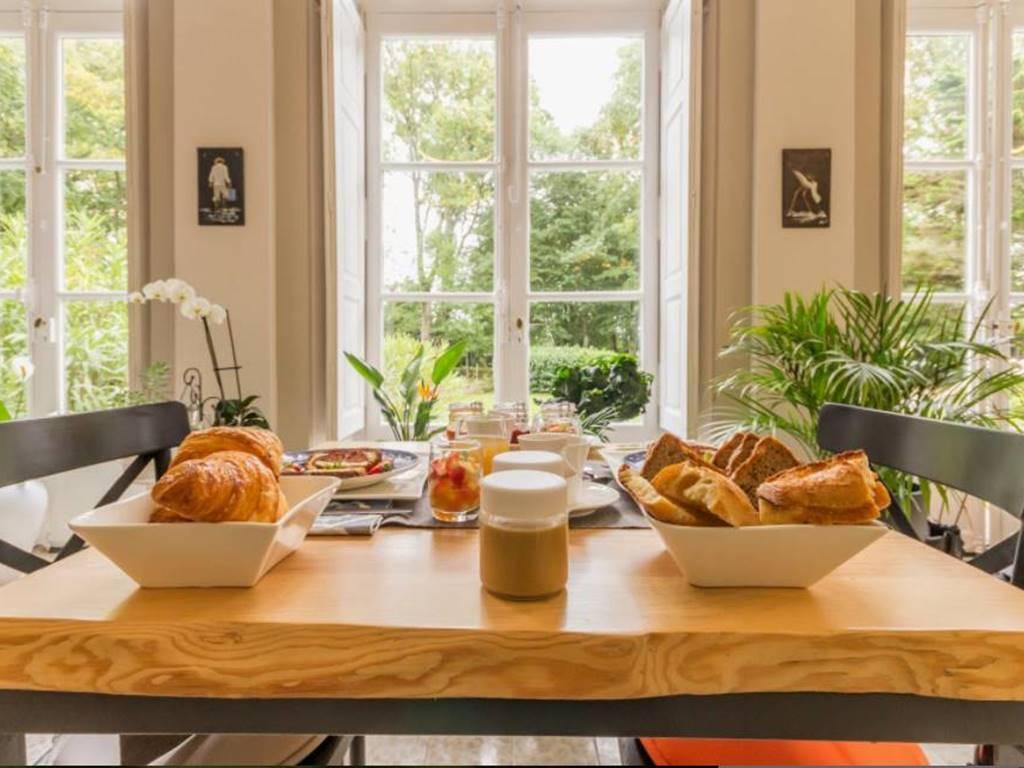 La galerie avec ses bustes d'époque est baignée de lumière, idéal pour profiter de savoureux petits déjeuners fait maison.