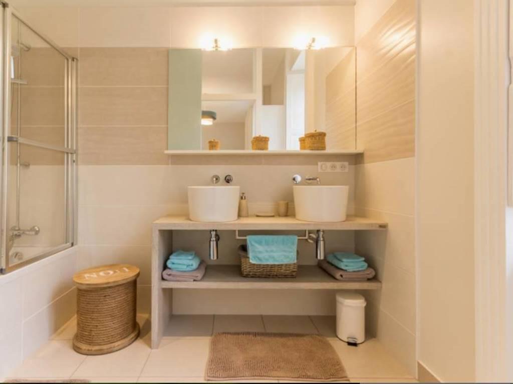 La salle de bain de la chambre rétaise comporte une double vasques, une grande baignoire et des wc séparés.