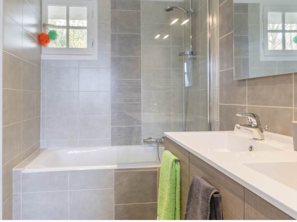 Salle de bain avec baignoire, wc séparé, équipé de lave vaisselle, lave linge