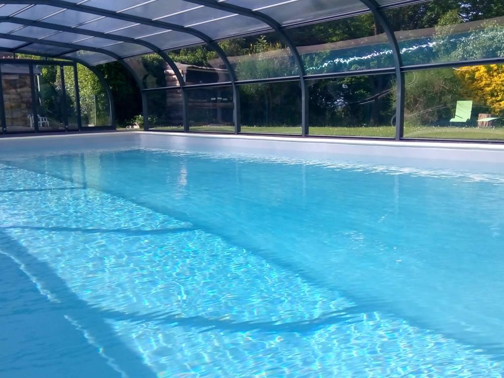 La piscine de 12/6m est couverte et nous vous proposons nombreuses activités sur place et aux alentours