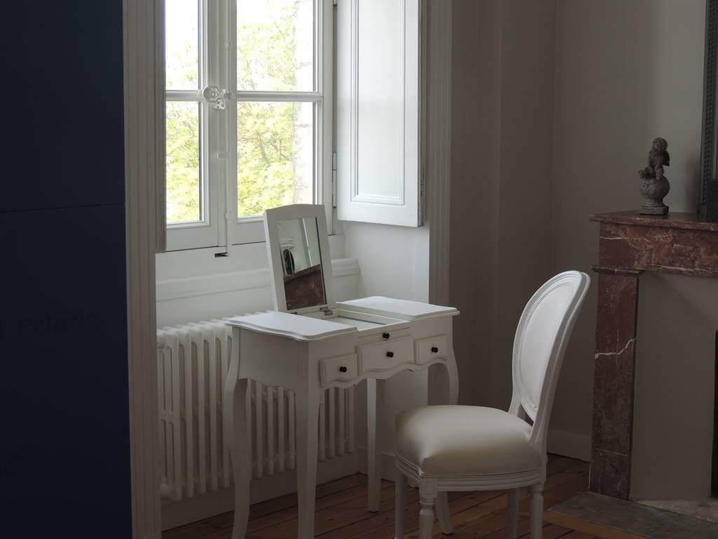 La chambre parentale de l'angevine et sa coiffeuse.
