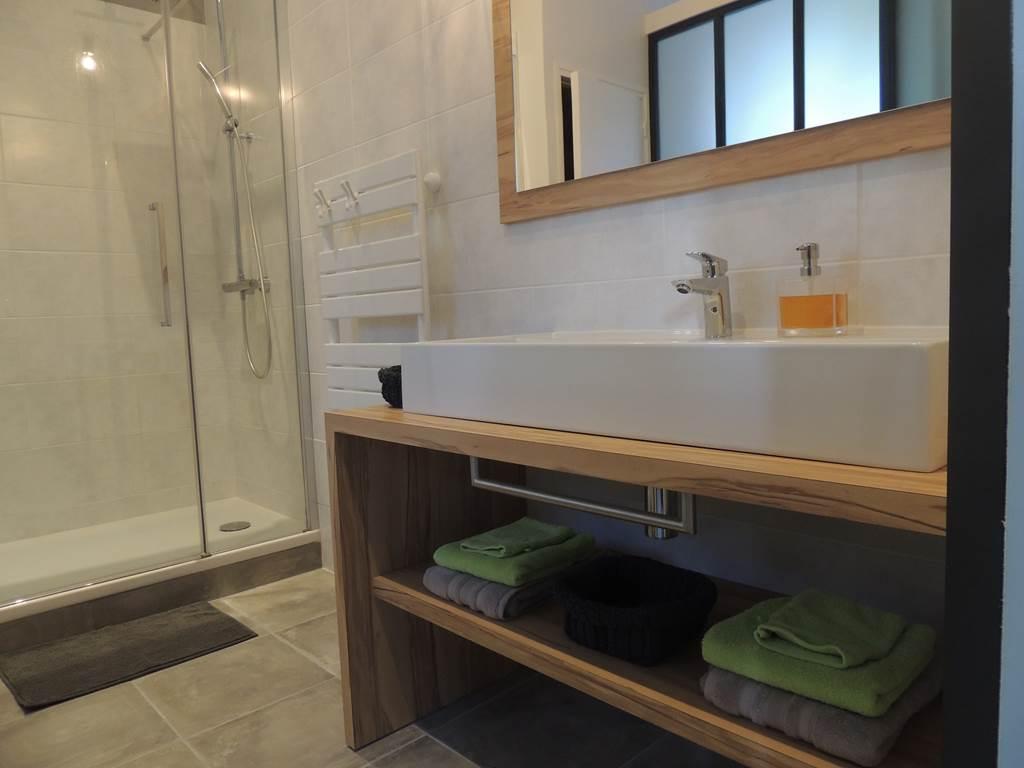 Salle de bain avec sa paroi d'atelier