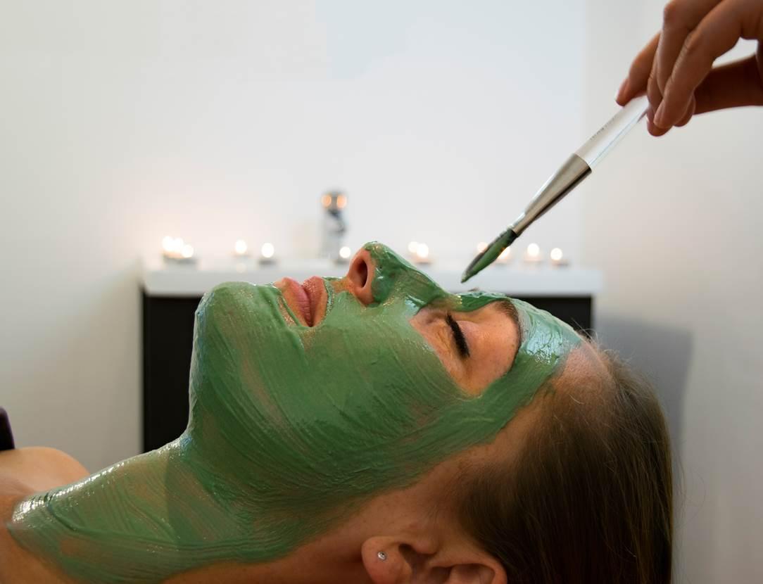 Masque-Visage-Spirulin-Femme-Miramar-La-Cigale-Thalassothérapie-&-Spa-Arzon-Presqu'île-de-Rhuys-Golfe-du-Morbihan-Bretagne sud